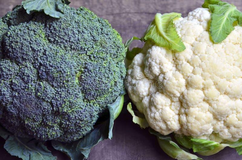 Légume organique frais de brocoli et de chou-fleur sur le vieux fond en bois Plan rapproch? de chou images stock