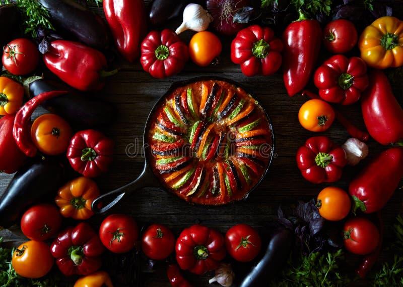 Légume végétarien français de nourriture de ratatouille faite maison traditionnelle Fond assorti de légumes Vue supérieure images libres de droits
