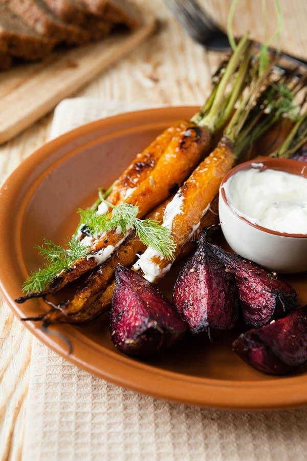 Légumes à racine rôtis - carottes et betteraves images libres de droits