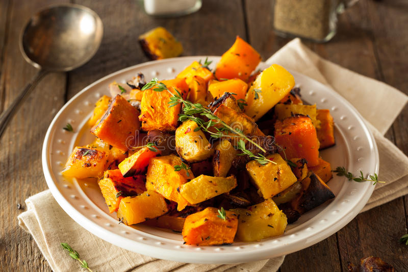 Légumes à racine rôtis faits maison photo stock