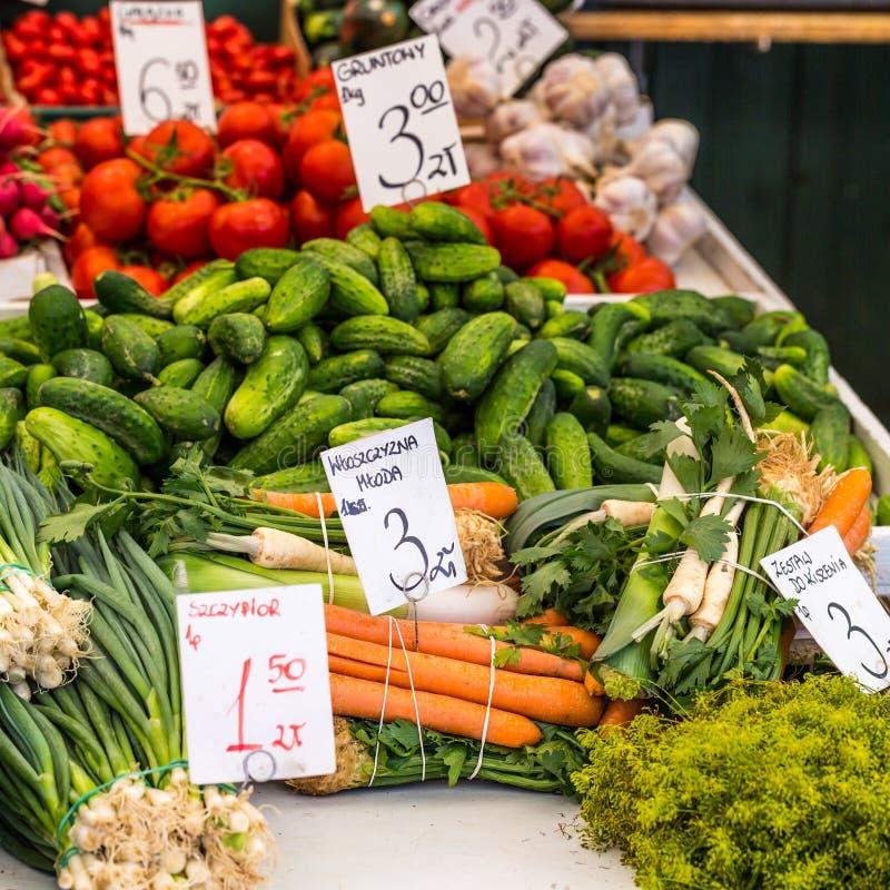 Légumes à vendre au marché local en Pologne photo libre de droits