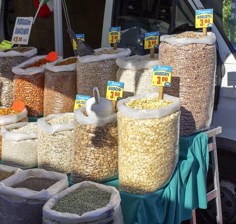 Légumes assortis au marché photos stock