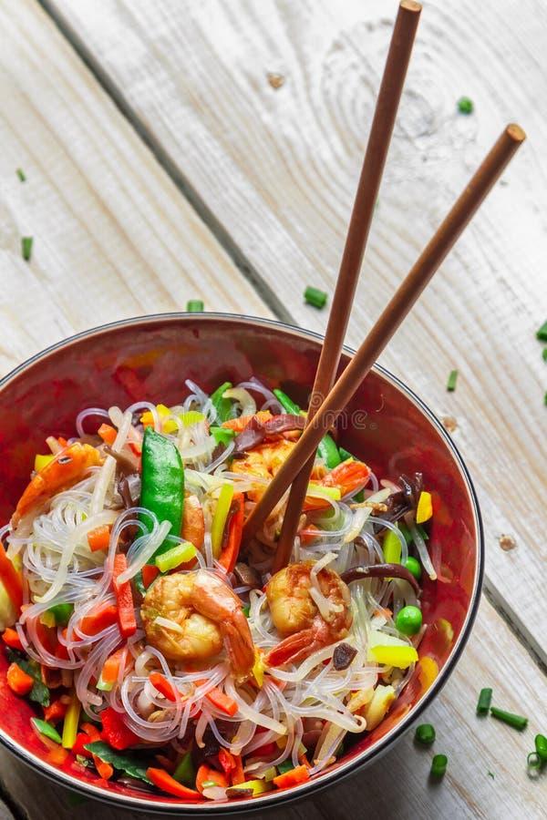 Légumes chinois avec les pâtes et la crevette images libres de droits