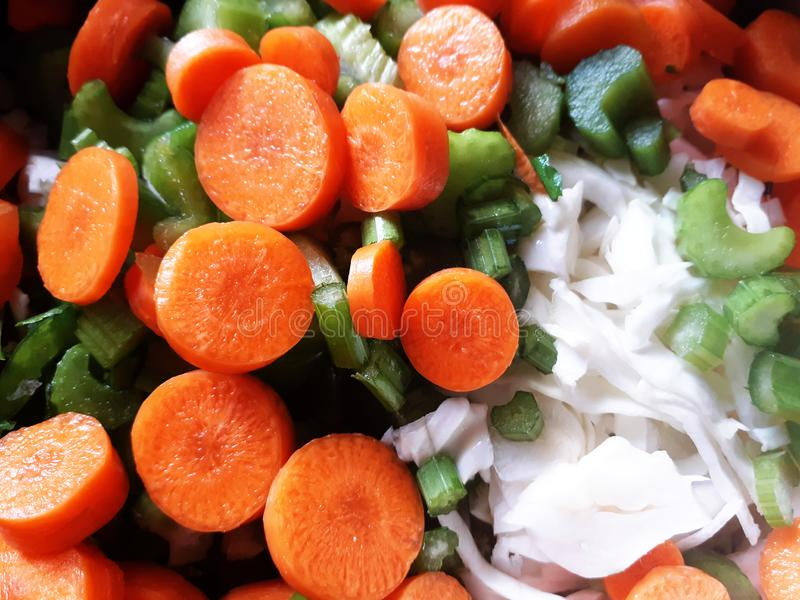 Légumes coupés crus pour faire cuire, fond de nourriture photographie stock libre de droits