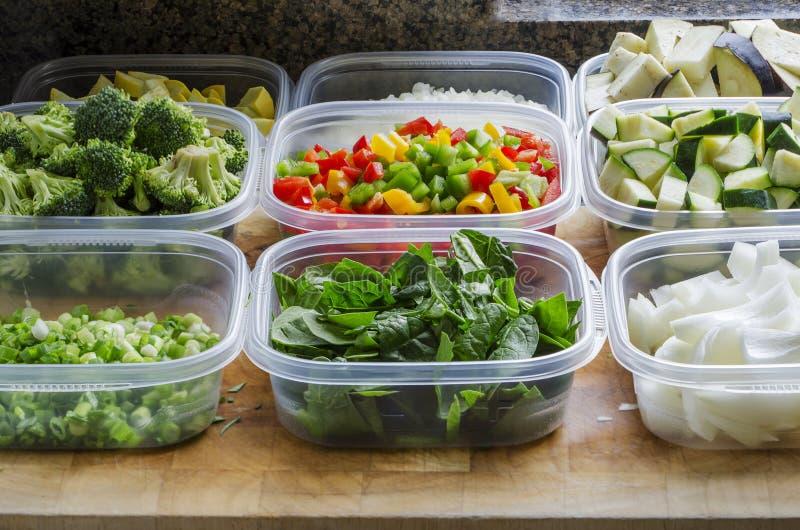 Légumes coupés dans des récipients d'entreposage en plastique photos stock