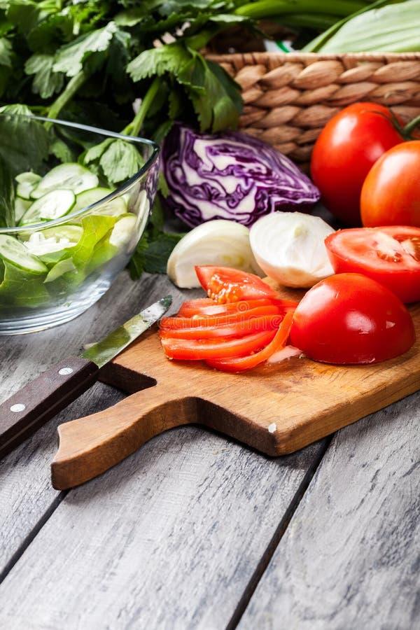 Légumes coupés : tomates sur la planche à découper photographie stock
