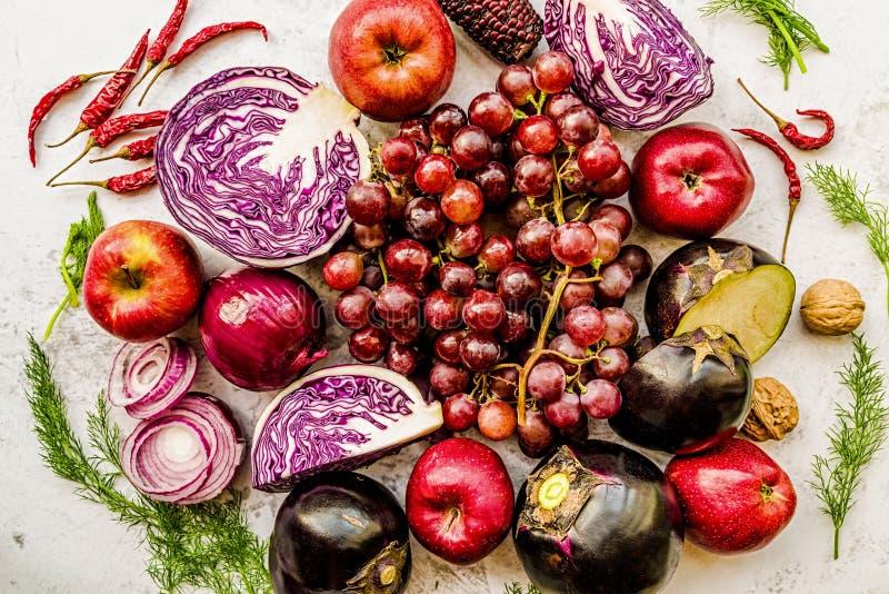 Légumes crus et fruit pourpres et rouges sur la vue supérieure de fond de marbre blanc photo libre de droits
