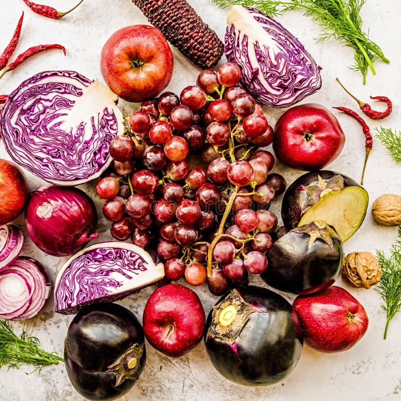 Légumes crus et fruit pourpres et rouges sur la vue supérieure de fond de marbre blanc photo stock