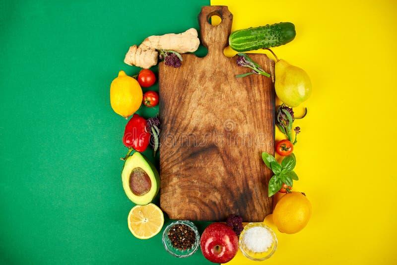 Légumes crus, fruit et ingrédients frais pour la cuisson saine photos libres de droits