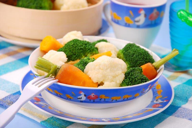 Légumes cuits à la vapeur pour la chéri photo libre de droits