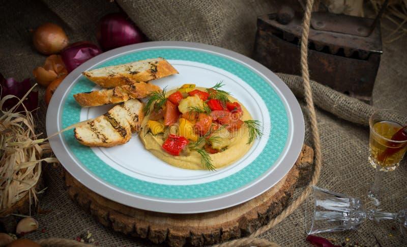 Légumes cuits au four avec des croûtons photographie stock libre de droits