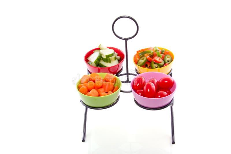 Légumes décorés dans des cuvettes colorées images stock