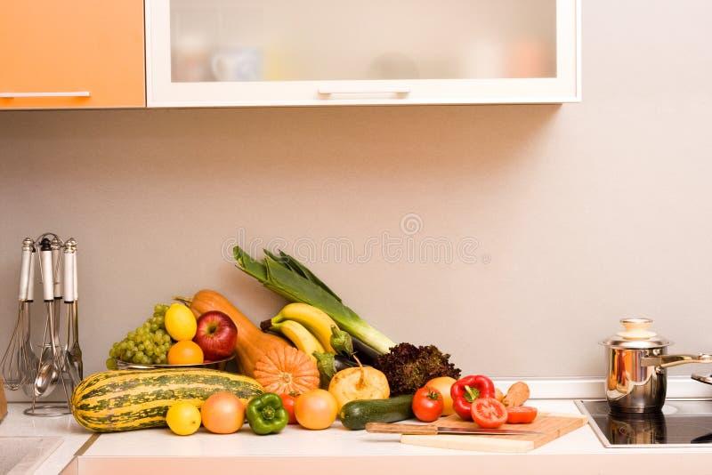 Légumes dans la cuisine moderne image stock