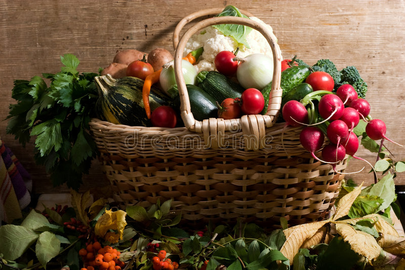 Légumes dans le panier photos libres de droits