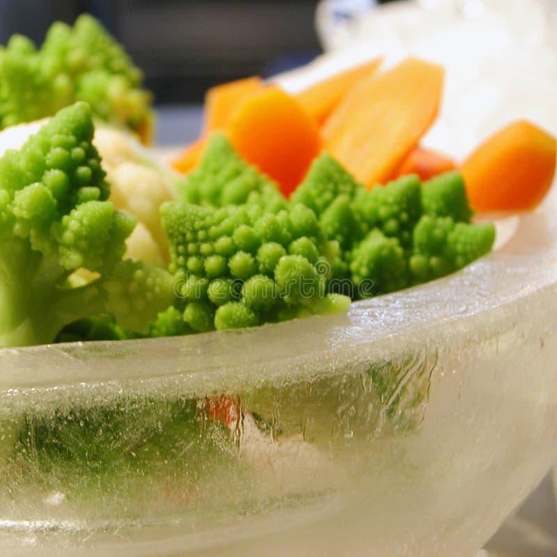 Légumes dans une cuvette de glace photos libres de droits