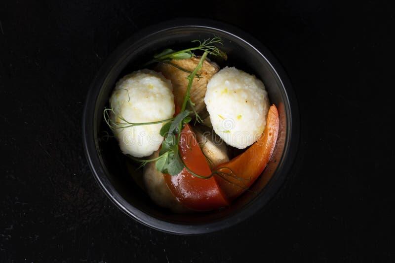 Légumes de boules de poissons blancs, saumonés et cuite à la vapeur pour perdre le poids images libres de droits
