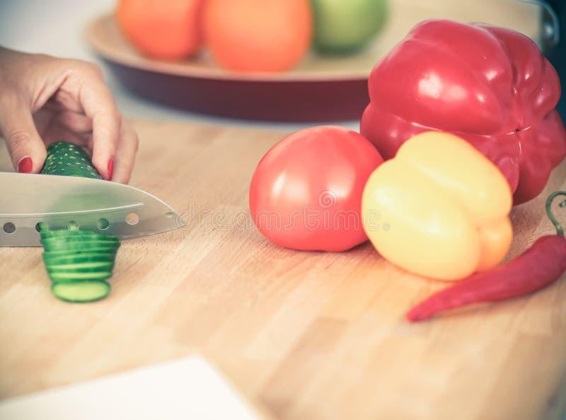 Download Légumes De Découpage De Jeune Femme Dans La Cuisine Image stock - Image du lifestyle, intérieur: 87701451