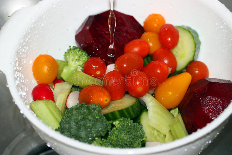 Légumes de lavage photos stock
