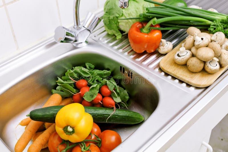 Légumes de lavage image stock