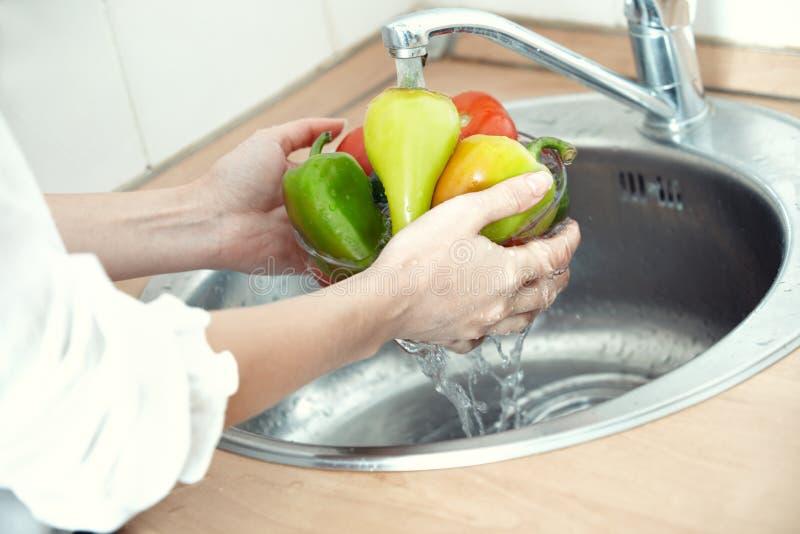 Légumes de lavage images stock