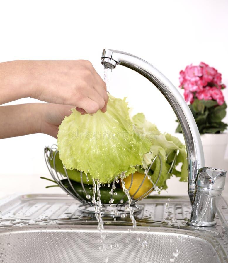 Légumes de lavage de belle femme photographie stock