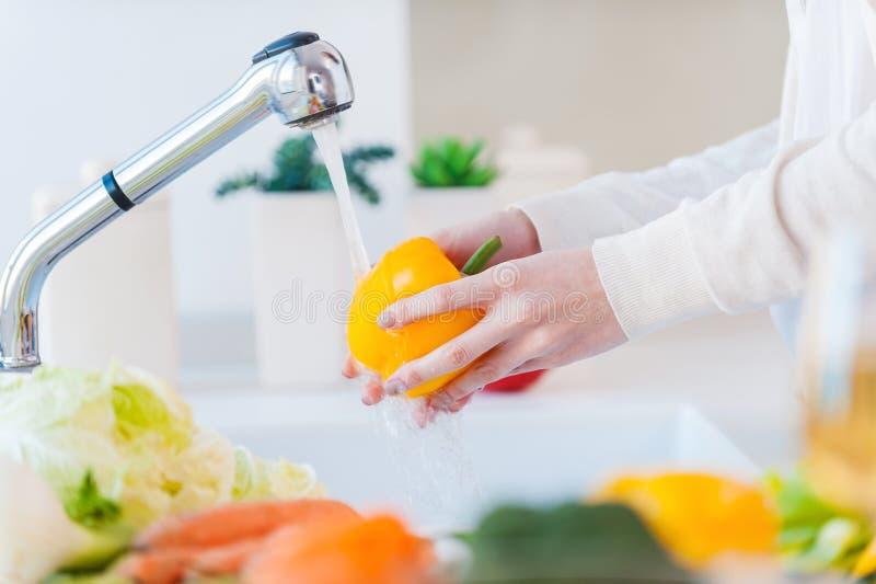 Légumes de lavage de femme photos stock