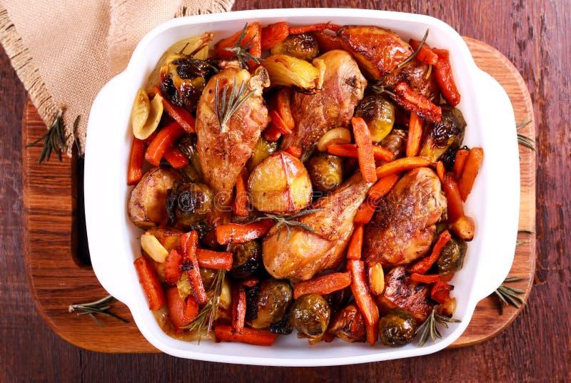 Légumes de rôti et jambes de poulet photos stock