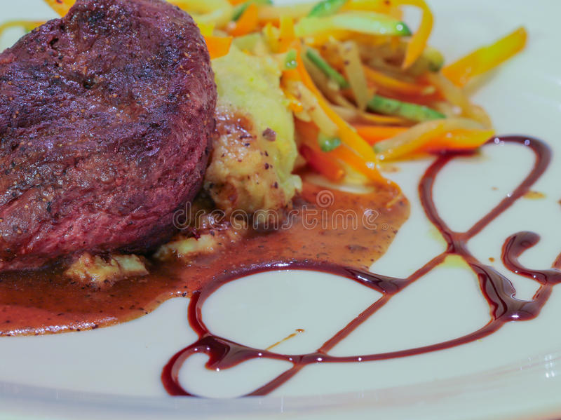 Légumes de sauceand de vin rouge de bifteck de boeuf image libre de droits