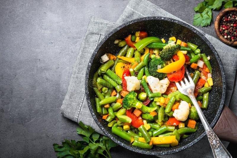 Légumes de sauté dans le wok photo libre de droits