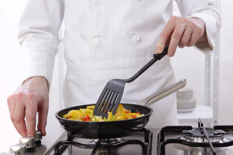 Légumes de torréfaction de chef photographie stock libre de droits
