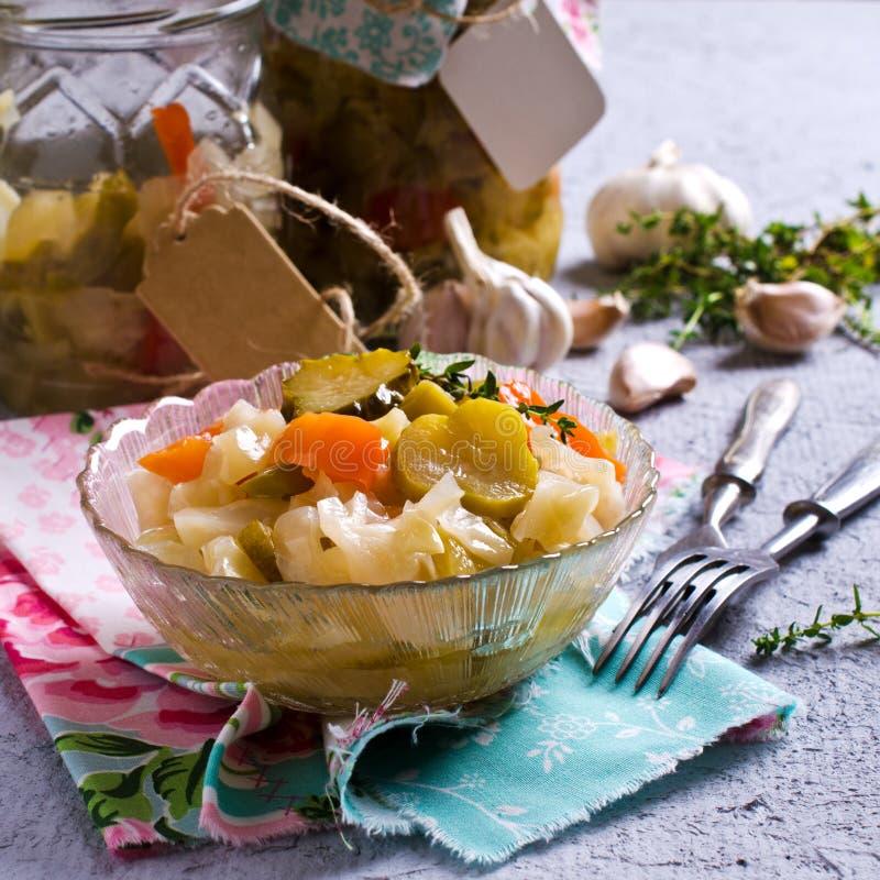 Légumes en boîte faits maison photo stock