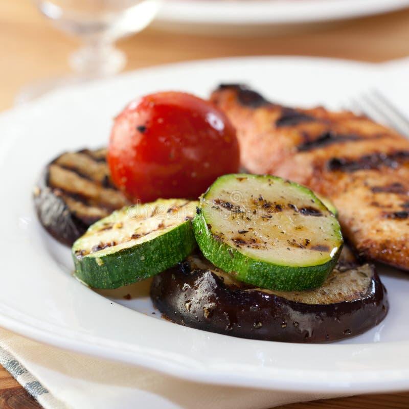Légumes et blanc de poulet grillés photo stock