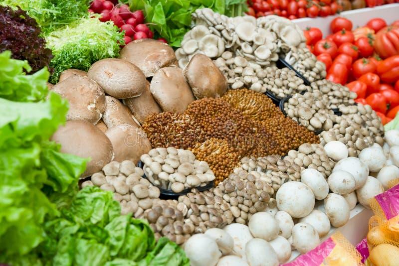 Légumes et champignons de couche dans le supermarché images stock