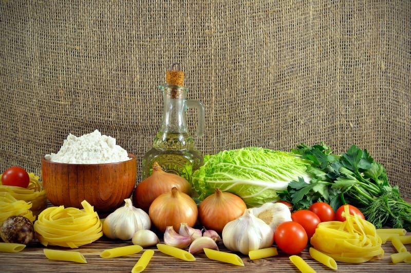 Légumes et farine image stock