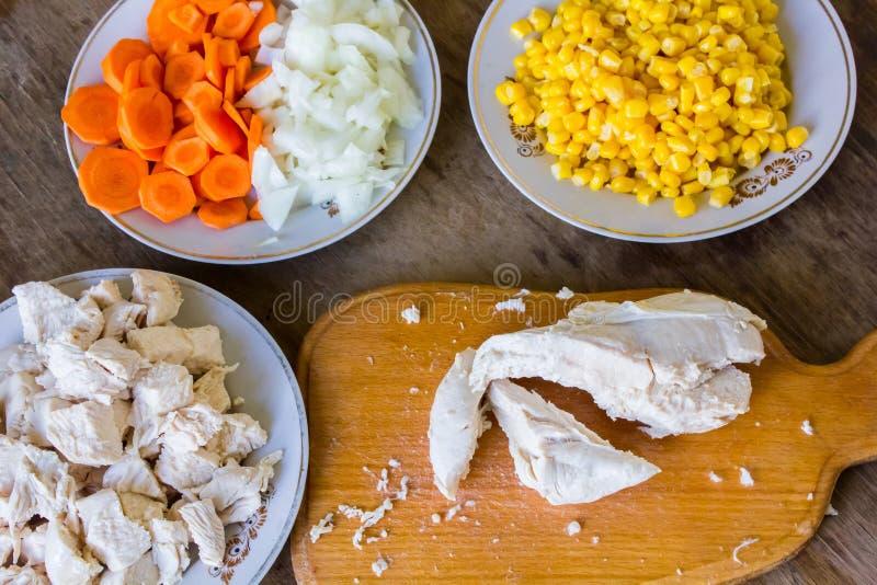 Légumes et filet bouilli de poulet sur la table photo stock