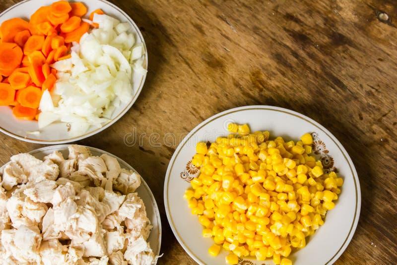 Légumes et filet bouilli de poulet sur la table photos libres de droits