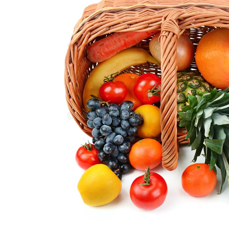 Légumes et fruits dans un panier sur le fond blanc L'espace libre pour le texte photos libres de droits