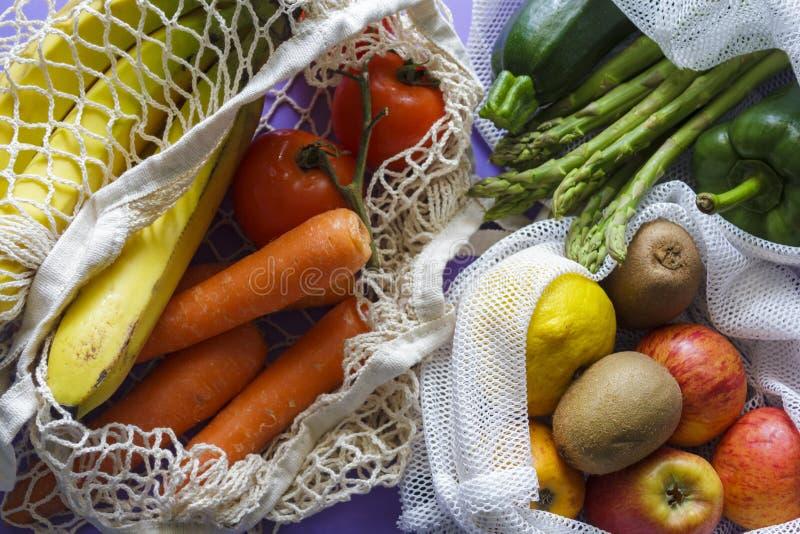 Légumes et fruits organiques frais dans les sacs à provisions réutilisables image libre de droits