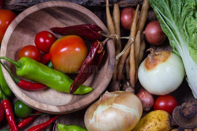 Légumes et fruits sur le bois image libre de droits