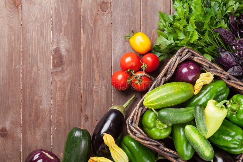 Légumes et herbes frais de jardin d'agriculteurs photographie stock
