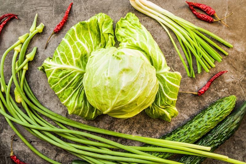 Légumes et herbes verts frais avec des poivrons de piment sur la vue supérieure de fond foncé photos libres de droits