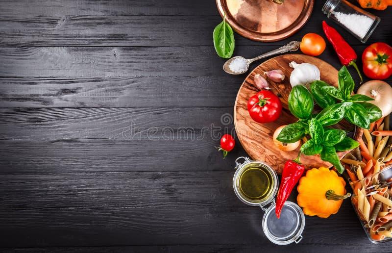 Légumes et ingrédient d'épices pour faire cuire la nourriture italienne image libre de droits