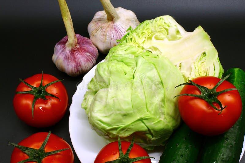 Légumes et naturel frais sur un fond noir images stock
