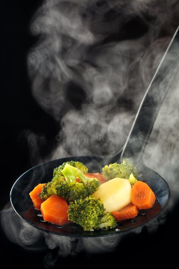 Légumes et vapeur cuits à la vapeur photographie stock libre de droits