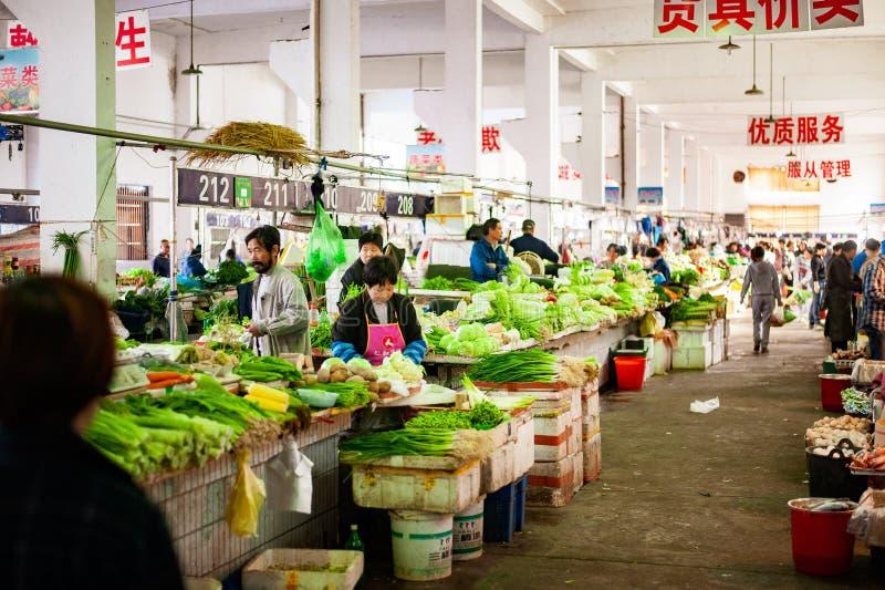 Légumes fraîchement sélectionnés au marché photos stock