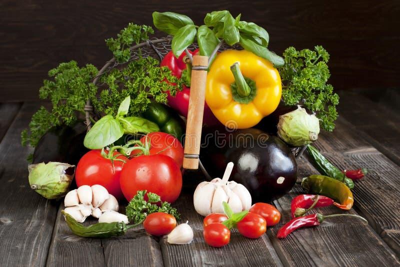 Légumes frais avec des feuilles dans le panier photos stock
