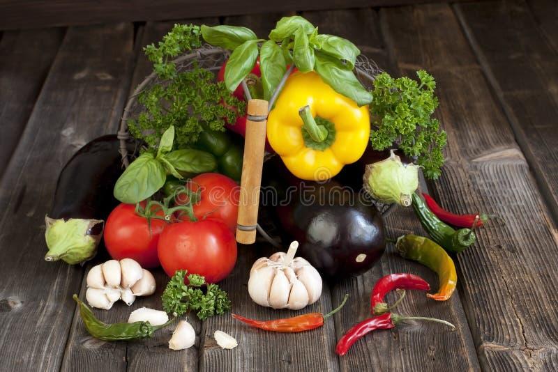 Légumes frais avec des feuilles dans le panier images stock