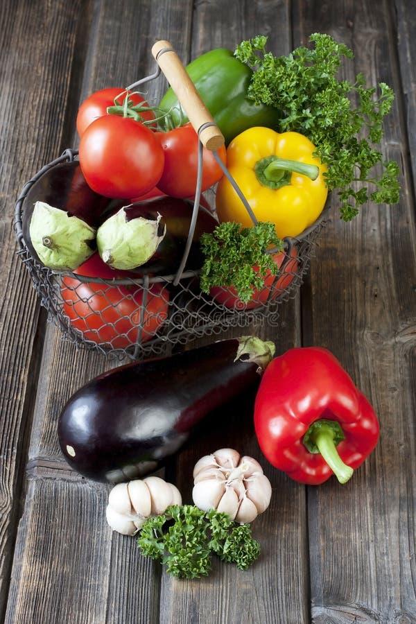 Légumes frais avec des feuilles dans le panier images libres de droits