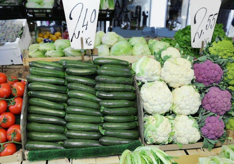 Légumes frais avec des prix photographie stock