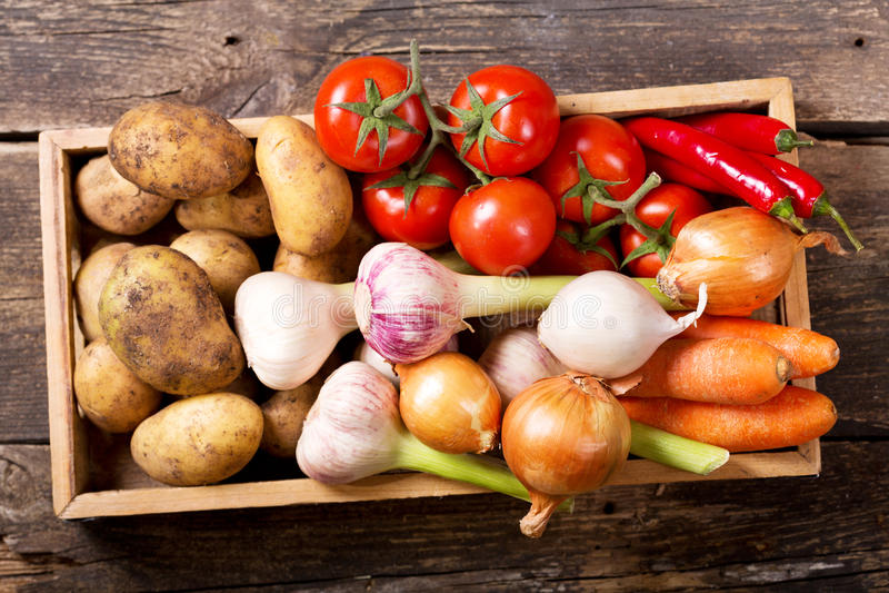Légumes frais dans la boîte en bois photo stock